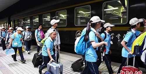 """资料图:Y701次""""美丽铁路研学专列""""在兰州车站鸣笛启程。 中新社记者 杨艳敏 摄"""